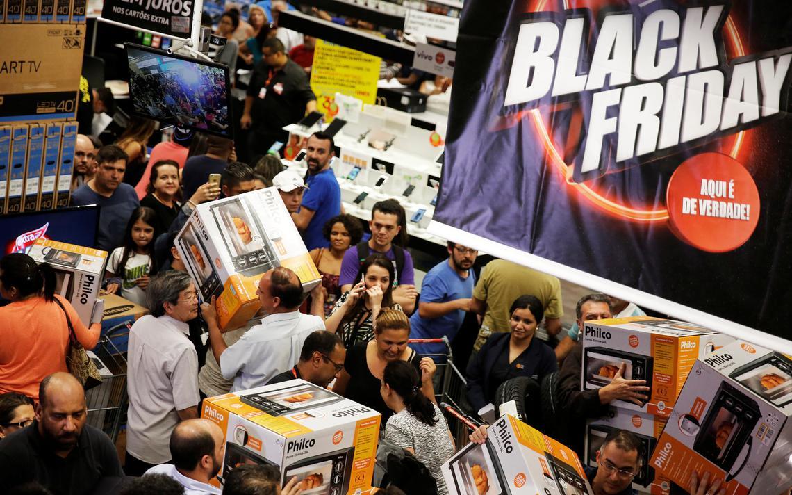 Consumidores disputam espaço em loja na Black Friday 2016