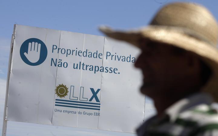 Placa da LLX Logística próxima a obra de porto Rio