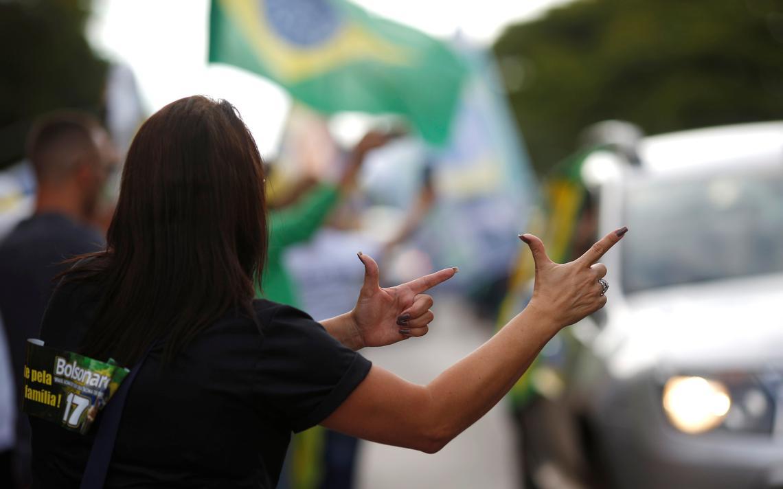 Apoiadora de Bolsonaro imita arma com as mãos durante manifestação em Brasília