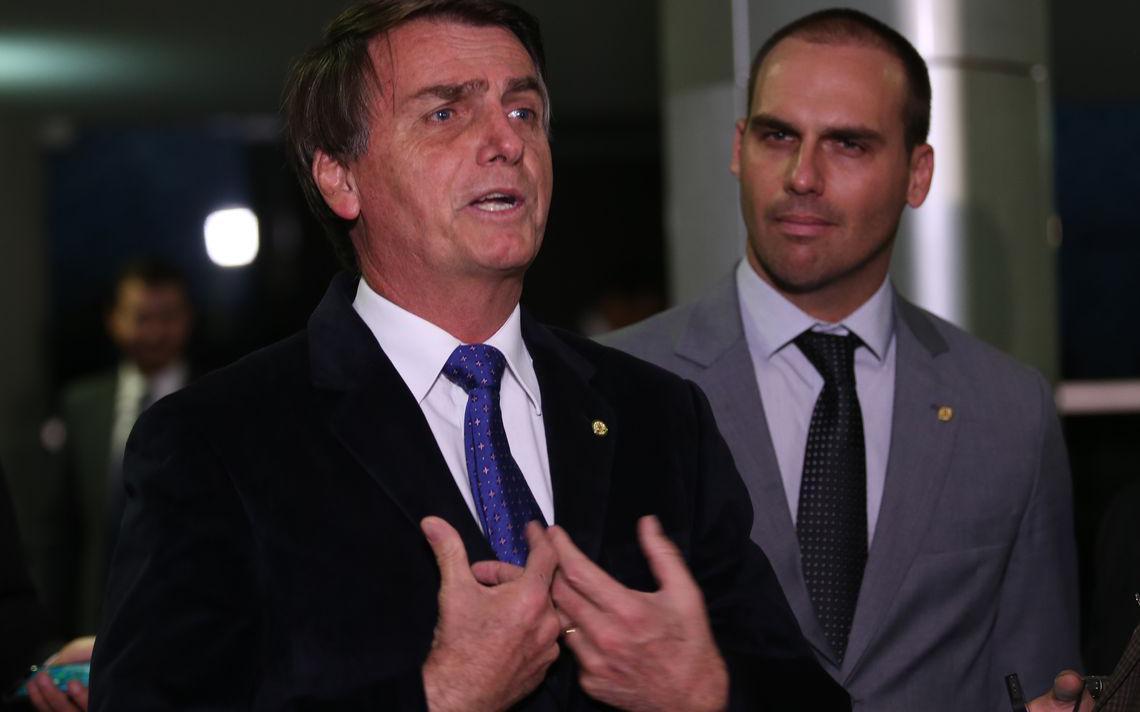 Bolsonaro e Eduardo durante entrevista na Câmara em 2016