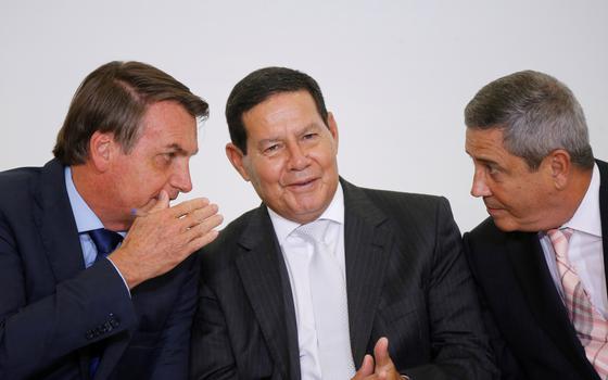 A medida que turbina o salário de Bolsonaro e ministros militares
