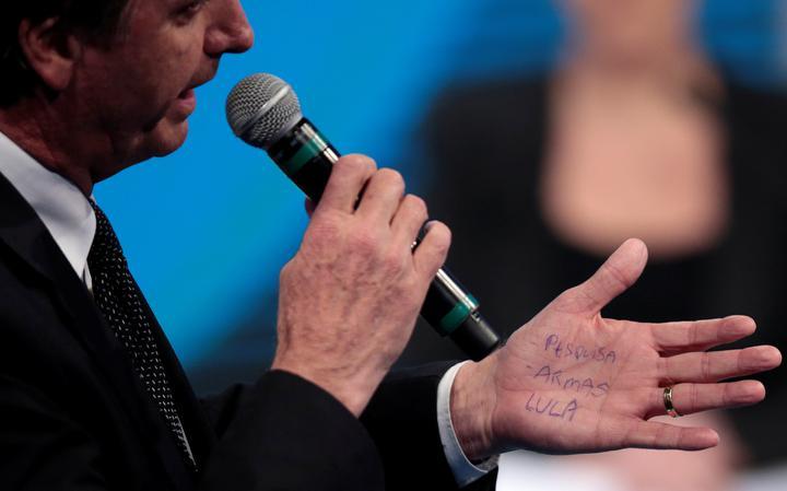 Para não esquecer os temas que deveria tratar no debate, Bolsonaro escreveu na própria mão, numa espécie de