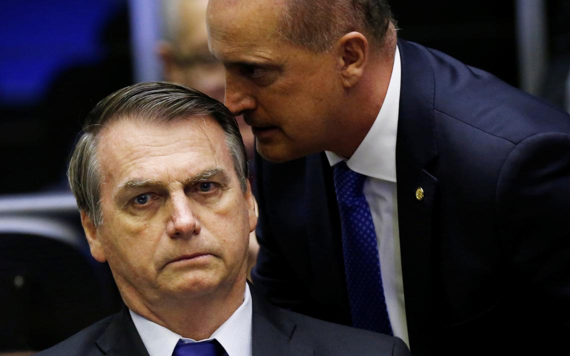 Bolsonaro ouve o ministro Onyx Lorenzoni durante sessão na Câmara dos Deputados