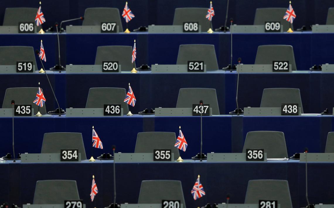 Bandeiras do Reino Unido são colocadas nas mesas do Parlamento Europeu