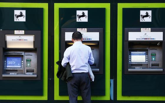 Muitos vivem sem conta bancária. O Banco Mundial quer acabar com isso