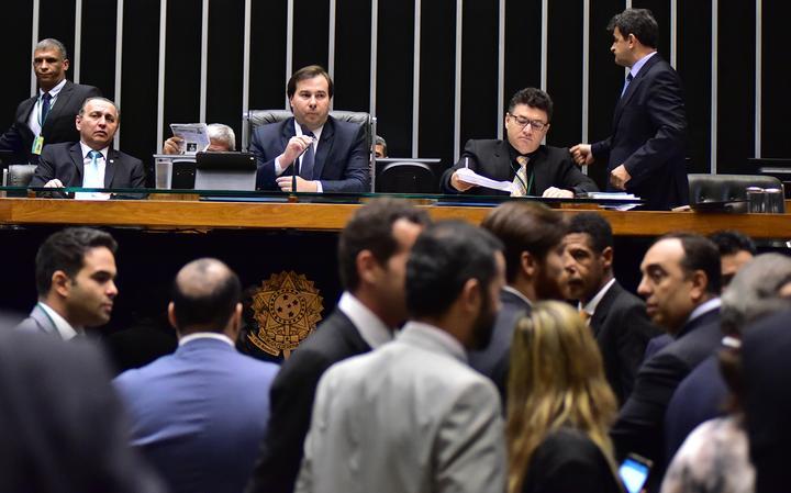 Presidente da Câmara, Rodrigo Maia, observa colegas no plenário