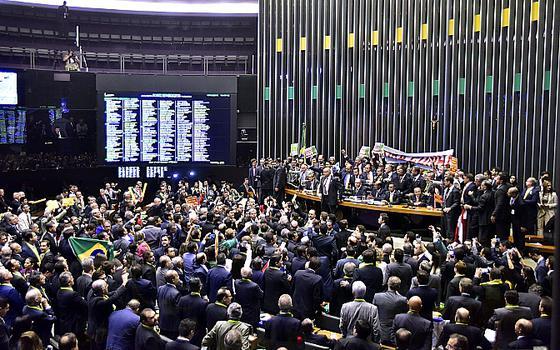 Início da sessão do impeachment na Câmara: uma guerra de torcidas