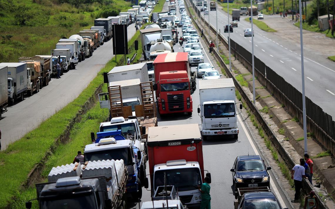 Caminhões bloqueiam a BR-324, perto de Salvador