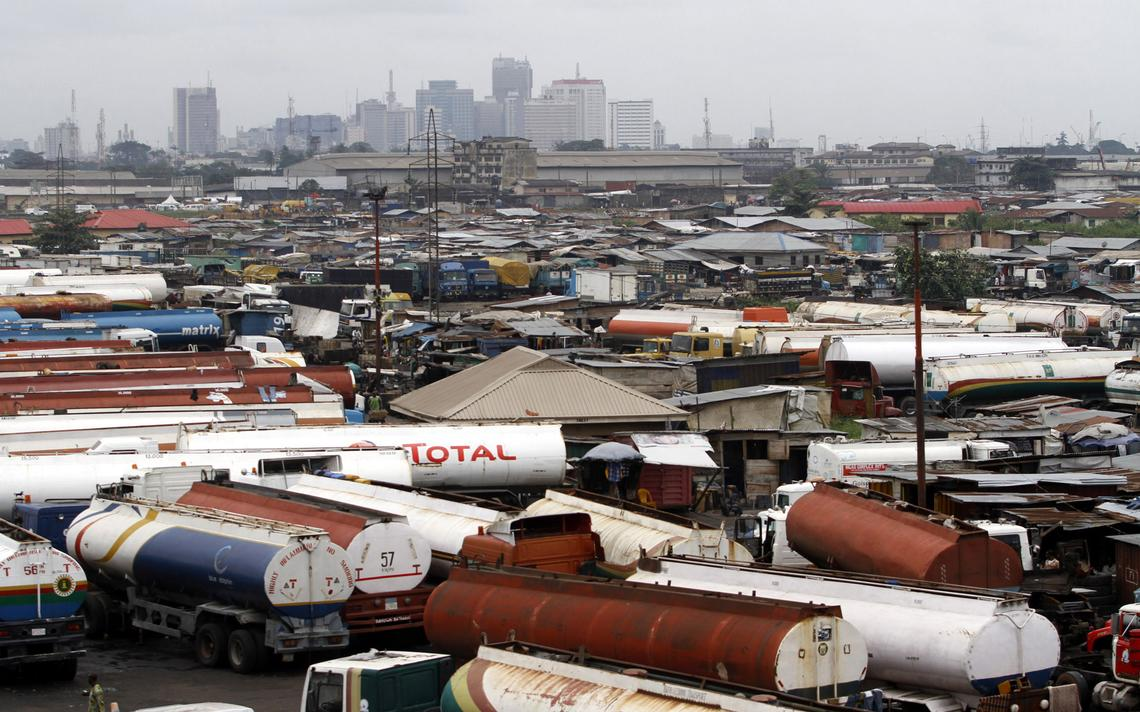 Caminhões-tanque estacionados com vista para o centro financeiro de Lagos, na Nigéria