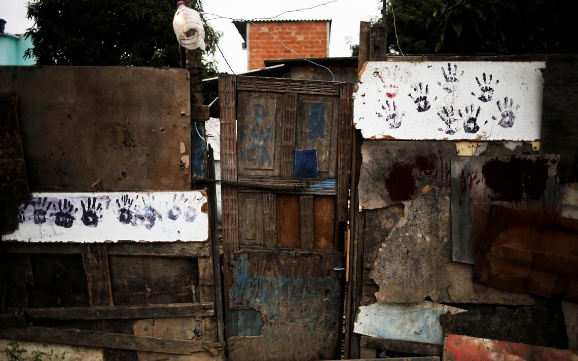 Casa de madeira em uma favela no Rio de Janeiro