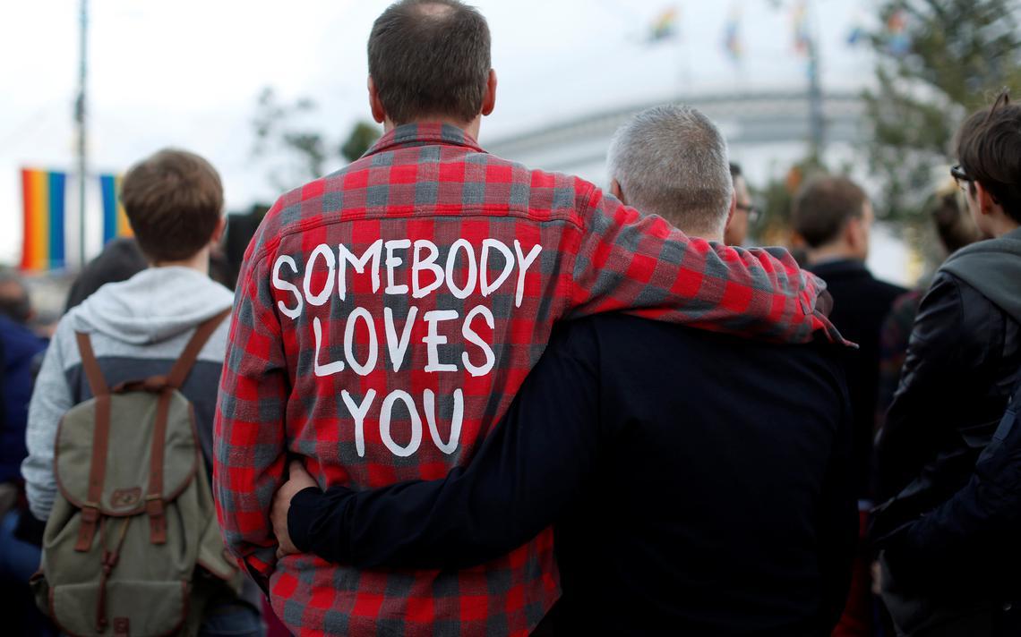 Pessoas se reúnem em São Francisco, nos Estados Unidos, para homenagear mortos em ataque à casa noturna gay Pulse, em Orlando