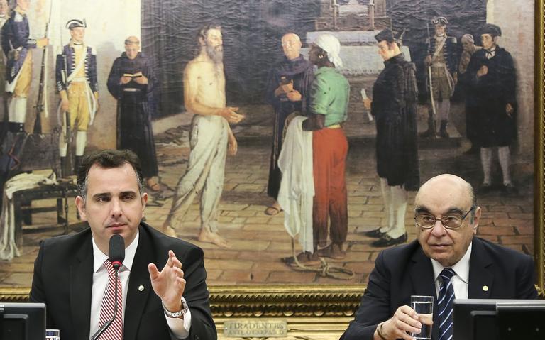 Rodrigo Pacheco, presidente da Comissão, e Bonifácio de Andrada, relator da denúncia contra Temer durante sessão da CCJ