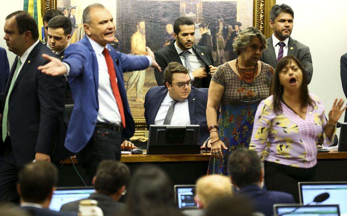 Deputados de situação e oposição discutem durante sessão da CCJ