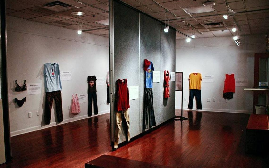Réplicas de roupas de vítimas de estupro em exposição em Bruxelas