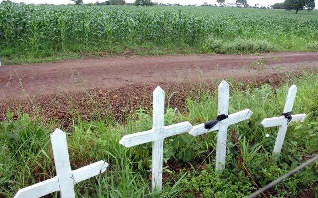 Cruzes pregadas no lugar da morte dos três auditores e um motorista, em MG