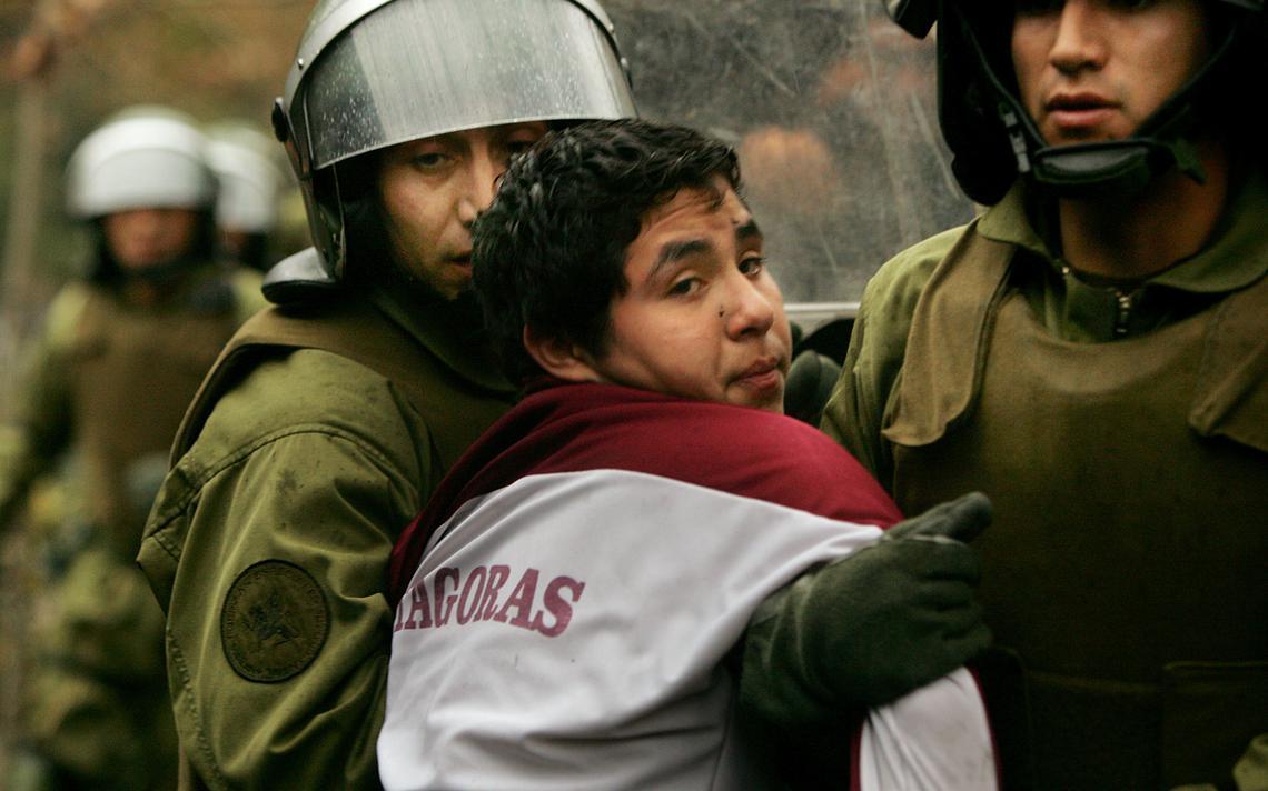 Jovem chileno é preso ao participar de manifestação pela educação