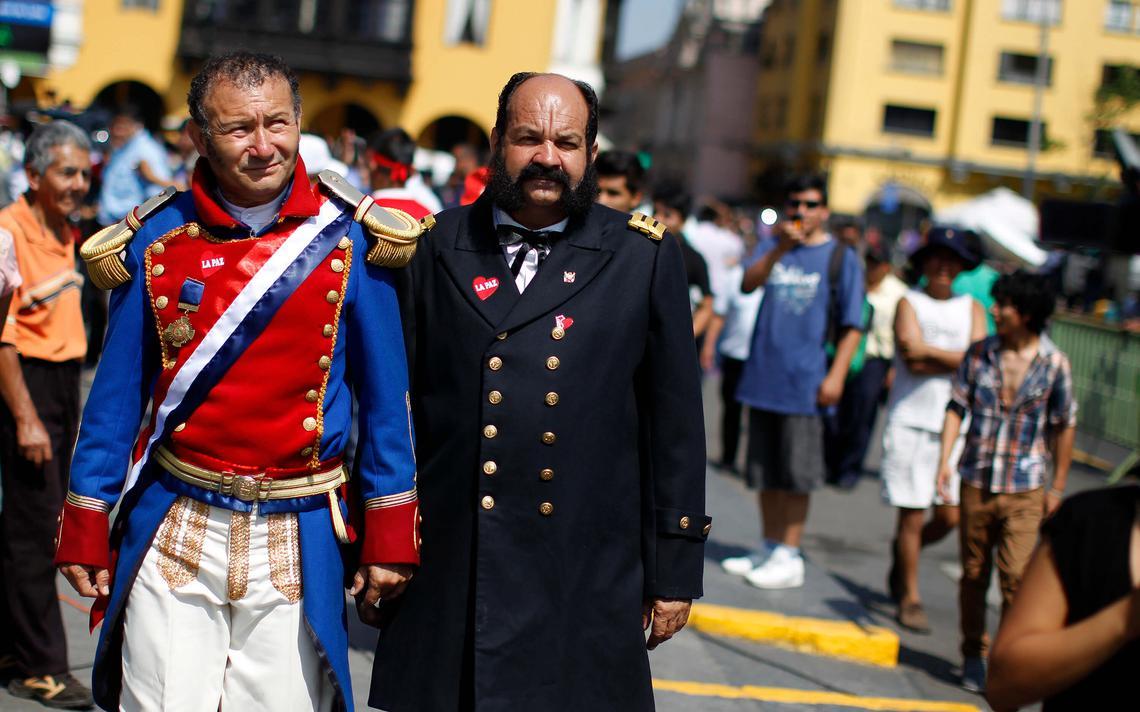 Fantasiados de Bernardo O'Higgins e Miguel Grau, homens vão à praça central de Lima assistir decisão de corte internacional sobre conflito fronteirício dos dois países