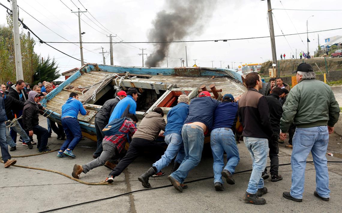 Pescadores chilenos fecham estrada com barco em Chiloe
