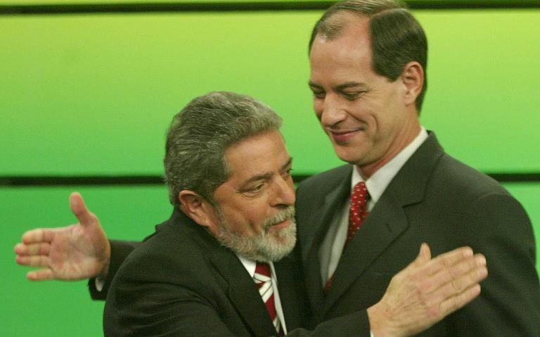 Adversários no primeiro turno da eleição de 2002, Lula e Ciro se abraçam em debate