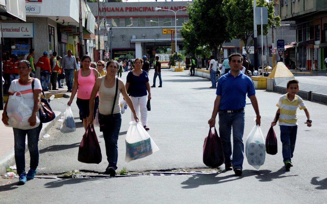 Fronteira entre os dois países foi aberta de forma extraordinária para que cidadãos da Venezuela pudessem comprar itens básicos no país vizinho