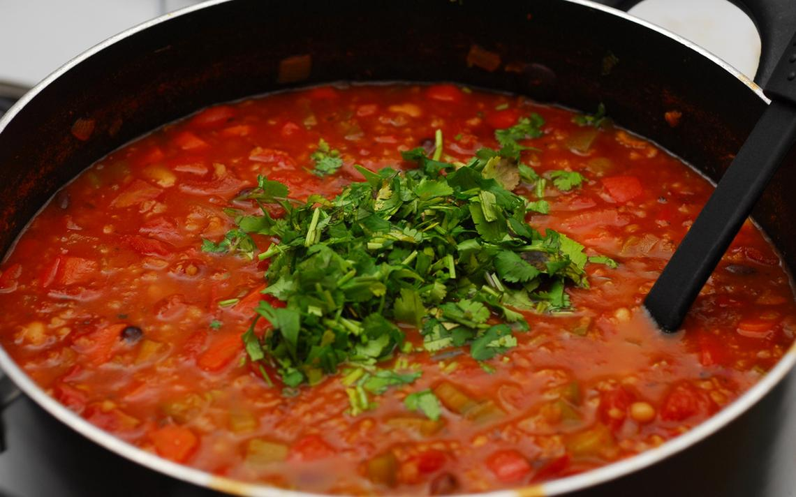 Sopa cheia de coentro: para alguns, uma erva aromática saborosa. Para outros, uma planta com gosto de sabão