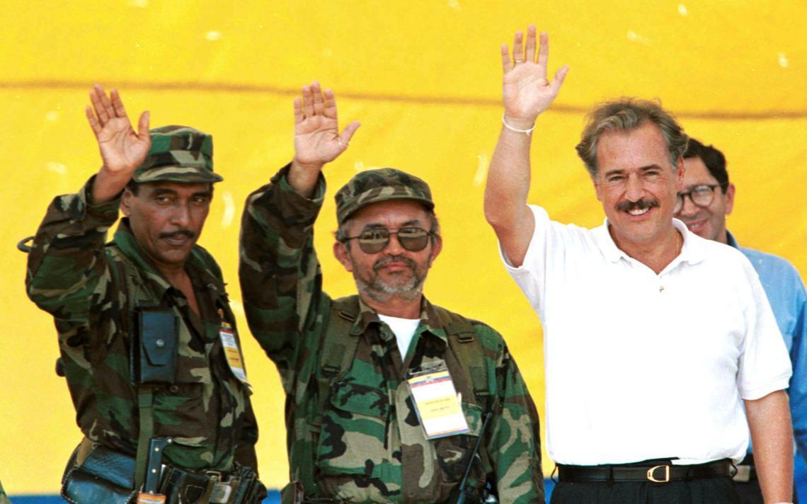 Andres Pastrana acena para o público ao lado de representantes das FARC