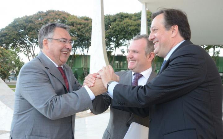 Governador de SC, Colombo (esq.) comemora decisão do STF com procurador-geral do estado, João Passos (dir.), e seu secretário da Fazenda, Antonio Gavazzoni