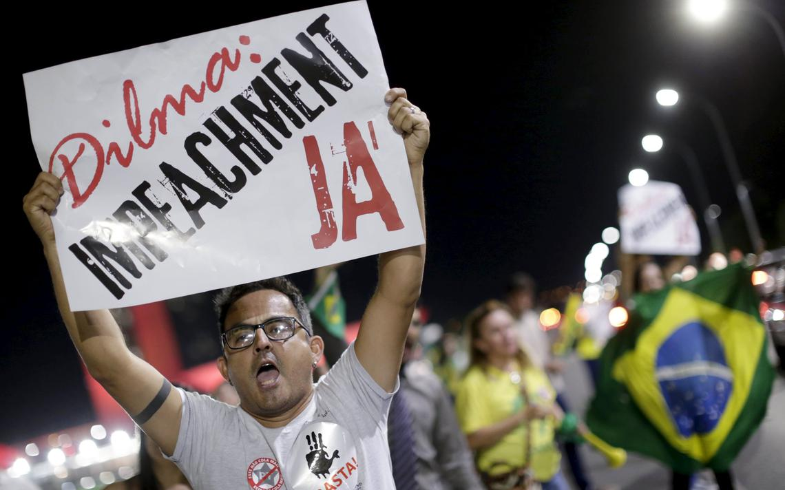 Em frente ao Congresso, manifestante pede saída de Dilma Rousseff