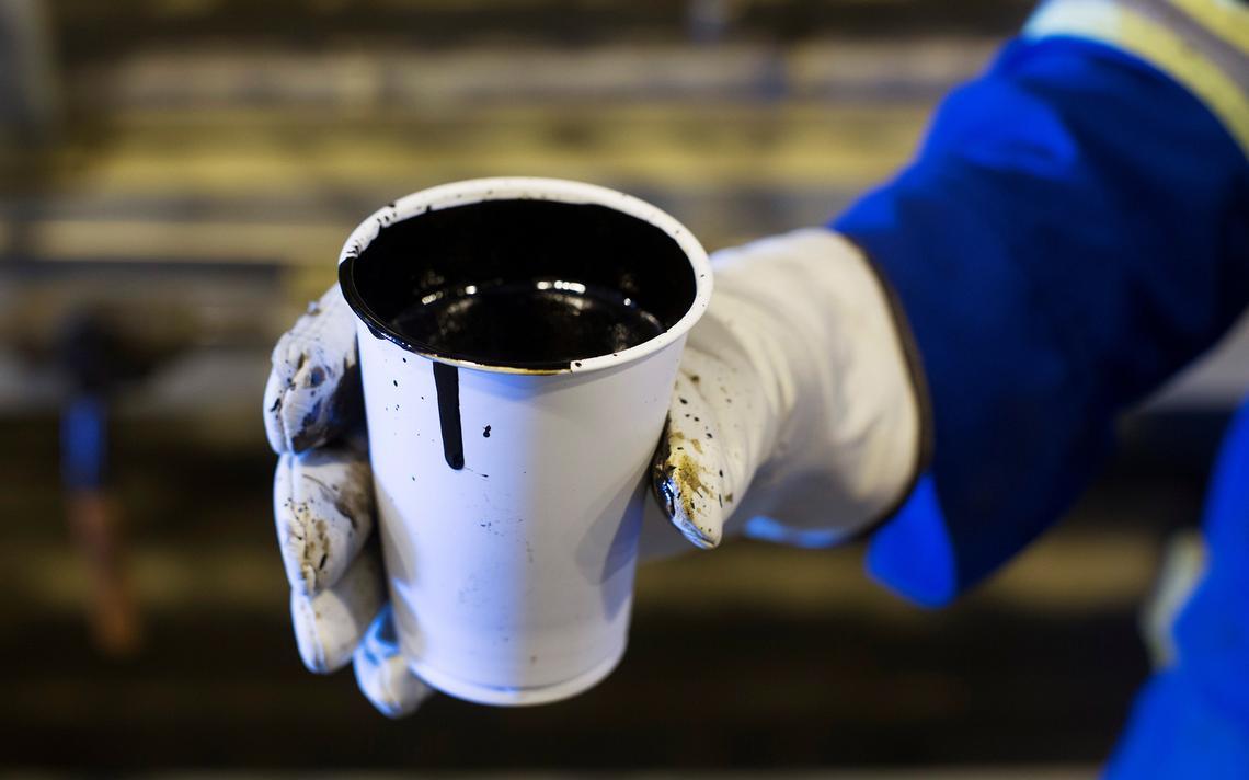 Copo de petróleo retirado de reserva em Alberta, no Canadá