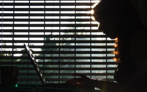 As operadoras querem limitar o quanto você usa a internet. E ONGs veem problema nisso