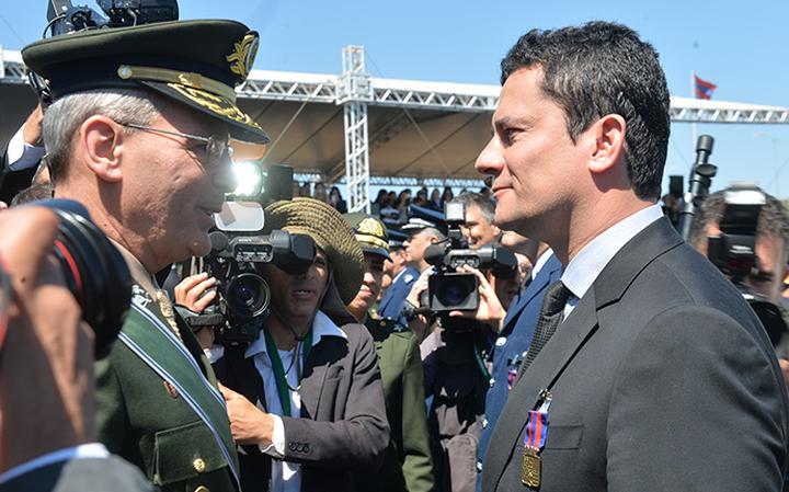 Juíz federal recebe prêmio das forças armadas pelos 'serviços prestados à democracia'