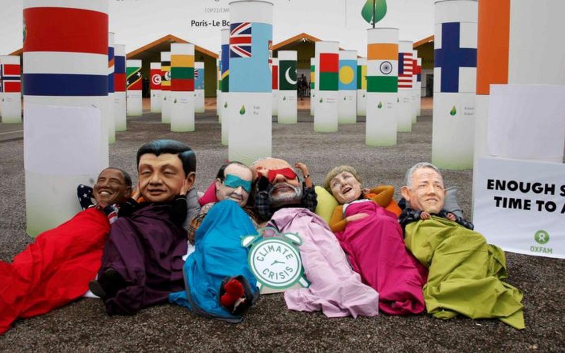 Ativistas da ONG de combate à pobreza Oxfam protestam na entrada da COP 21