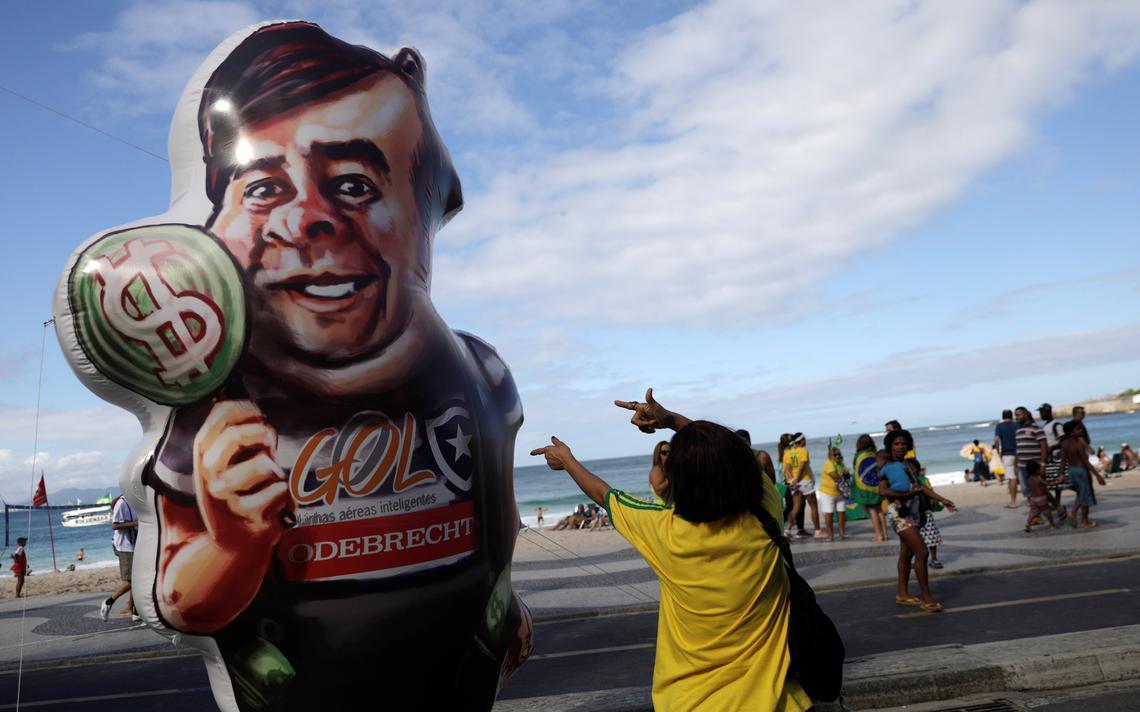 Boneco de Rodrigo Maia foi usado em manifestação no Rio de Janeiro