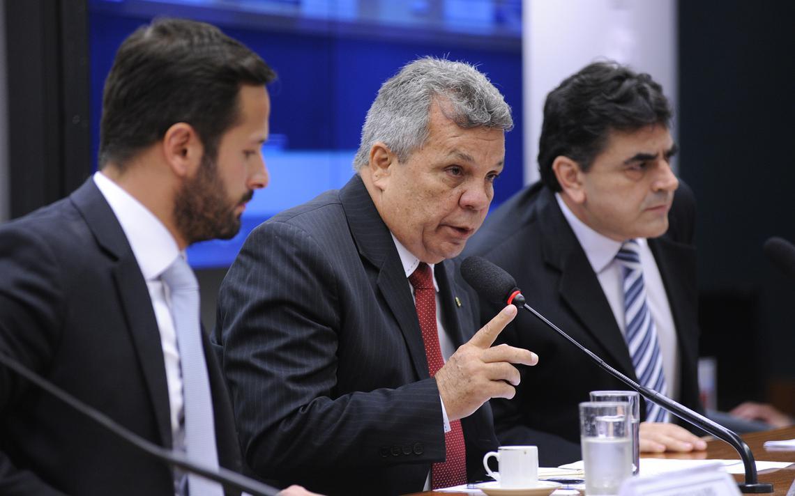 Alberto Fraga preside audiência da CPI, ao lado do então ministro da Cultura, Marcelo Calero (de barba)