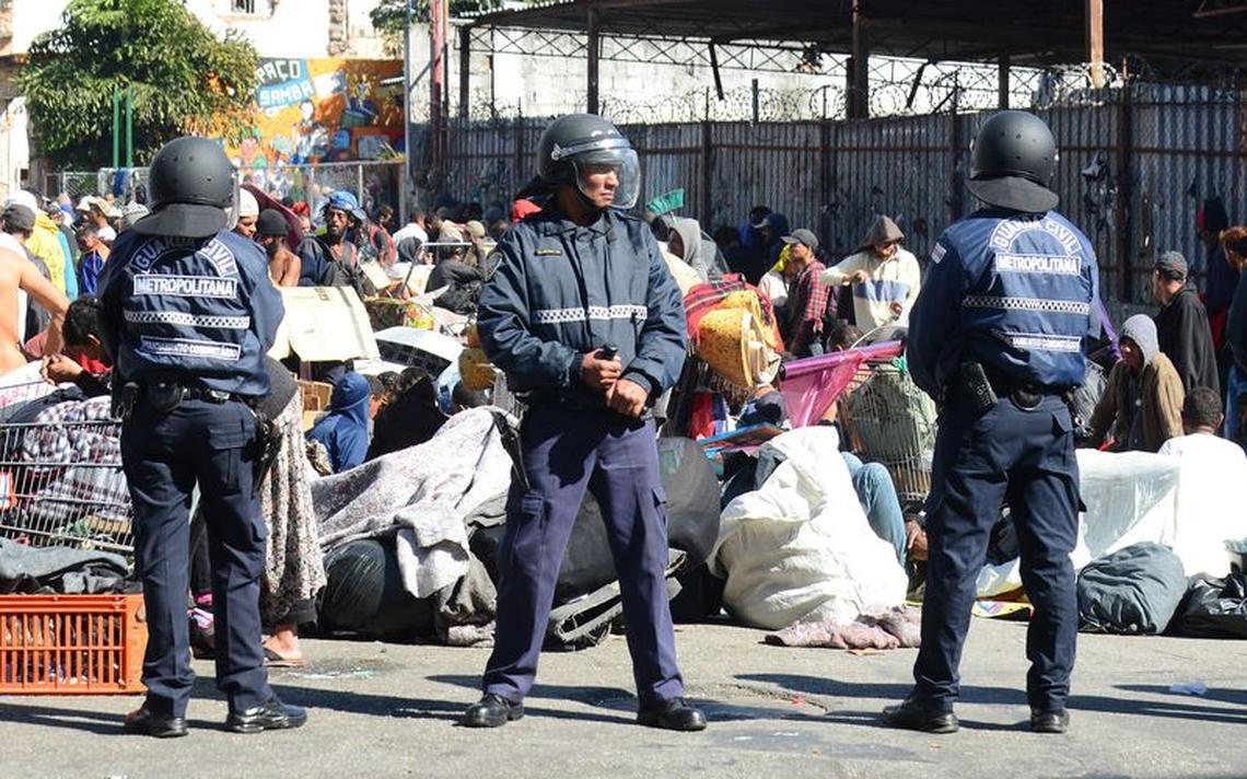 Membros da Guarda Civil Metropolitana em frente a grupo na cracolândia, no centro de São Paulo