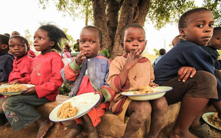 Crianças africanas alimentadas pela ONG Feed My Starving Children