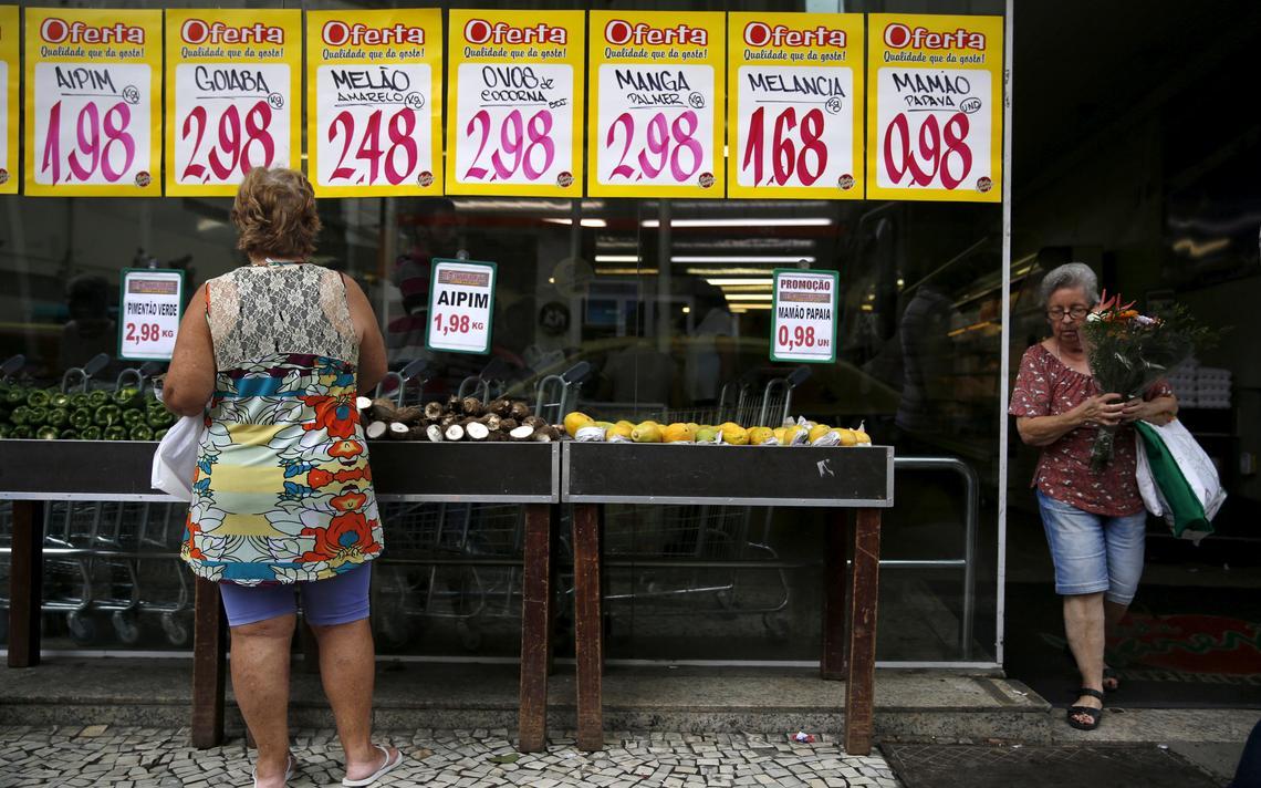 Mulher faz compras em supermercado no Rio