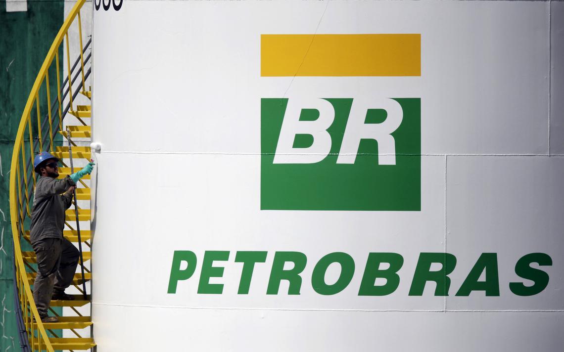 Homem pinta tanque de armazenamento da Petrobras, em Brasília