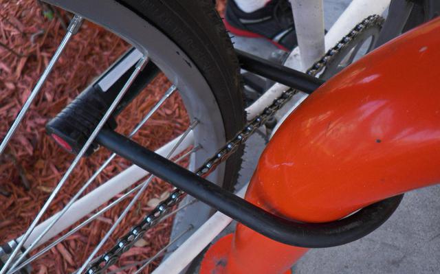 Bicicleta presa com trava em U. Foto: Daniel Oines / Creative Commons.