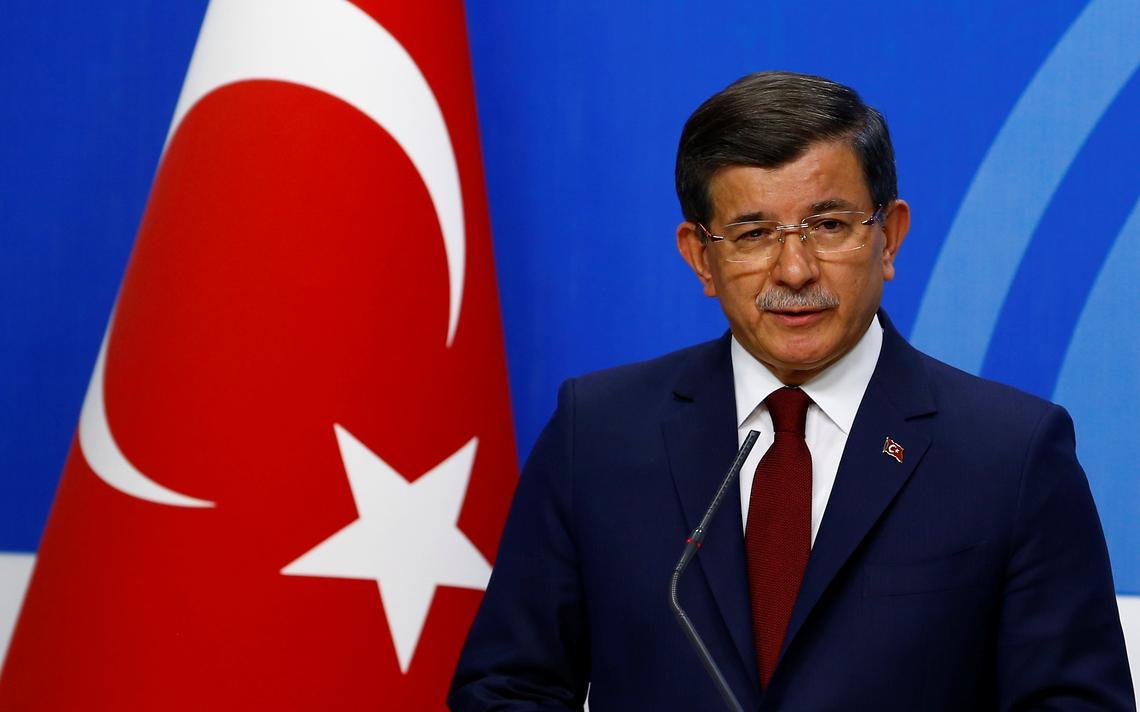 Ahmet Davutoglu fala na sede de seu partido, em Ankara