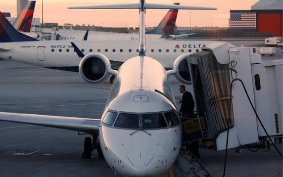 Como governos e empresas tentam reduzir a poluição dos aviões