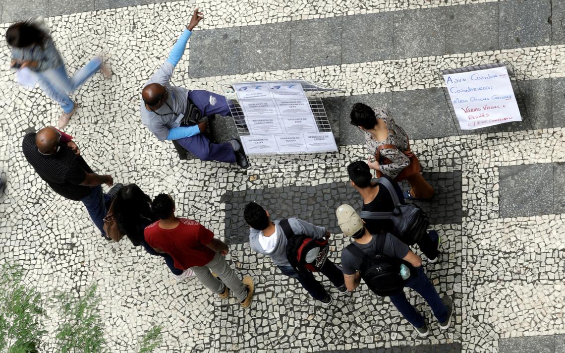 Pessoas observam anúncios de vagas de trabalho no centro de São Paulo