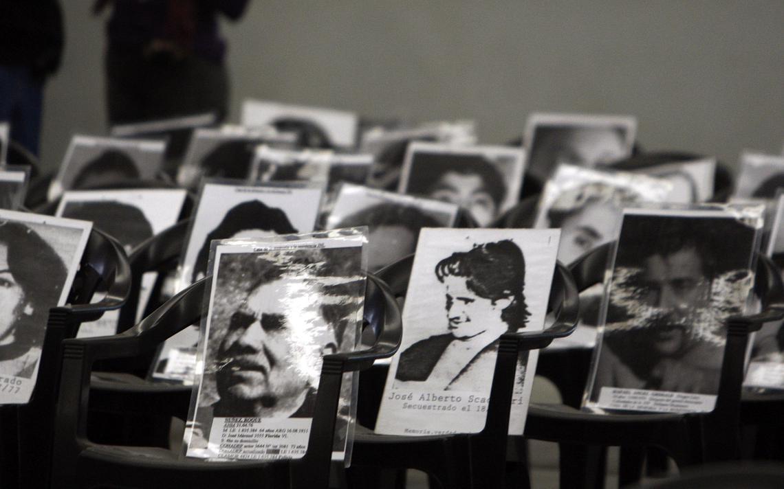 Imagens de pessoas que sumiram durante a ditadura militar argentina ocupam as cadeiras de tribunal que julga oficial do exército do país à época