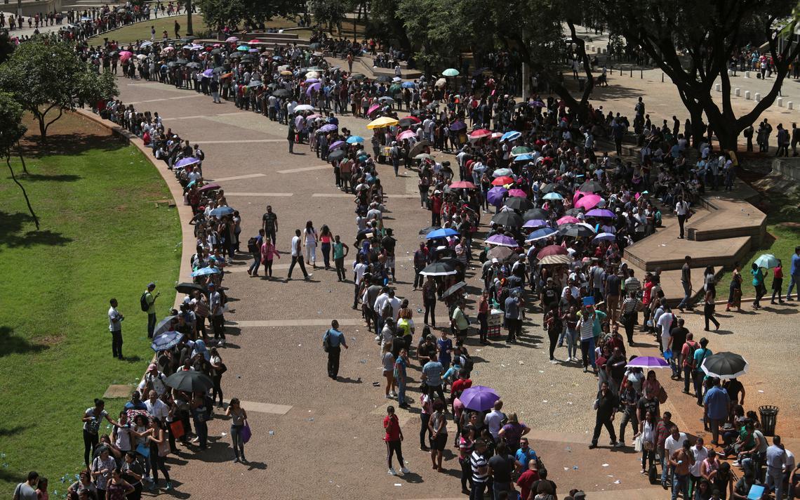 Milhares de pessoas fazem fila por emprego no Vale do Anhangabaú, centro de São Paulo