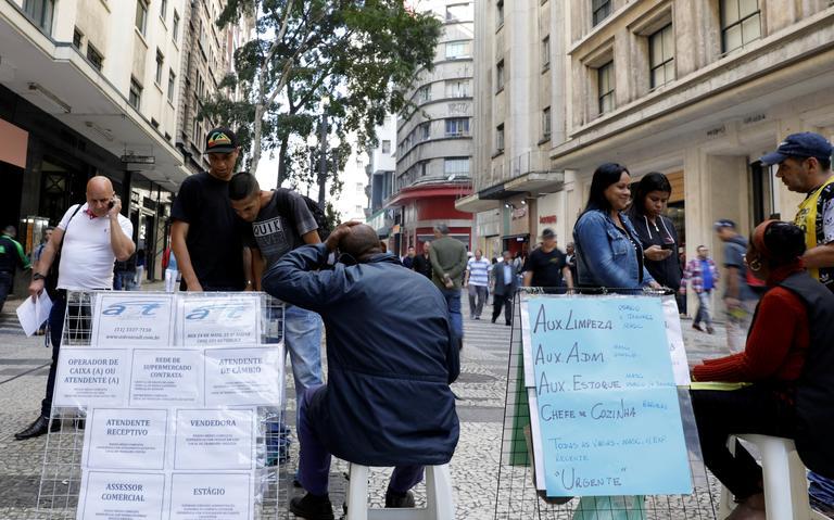 Pessoas olham anúncios de emprego no centro de São Paulo