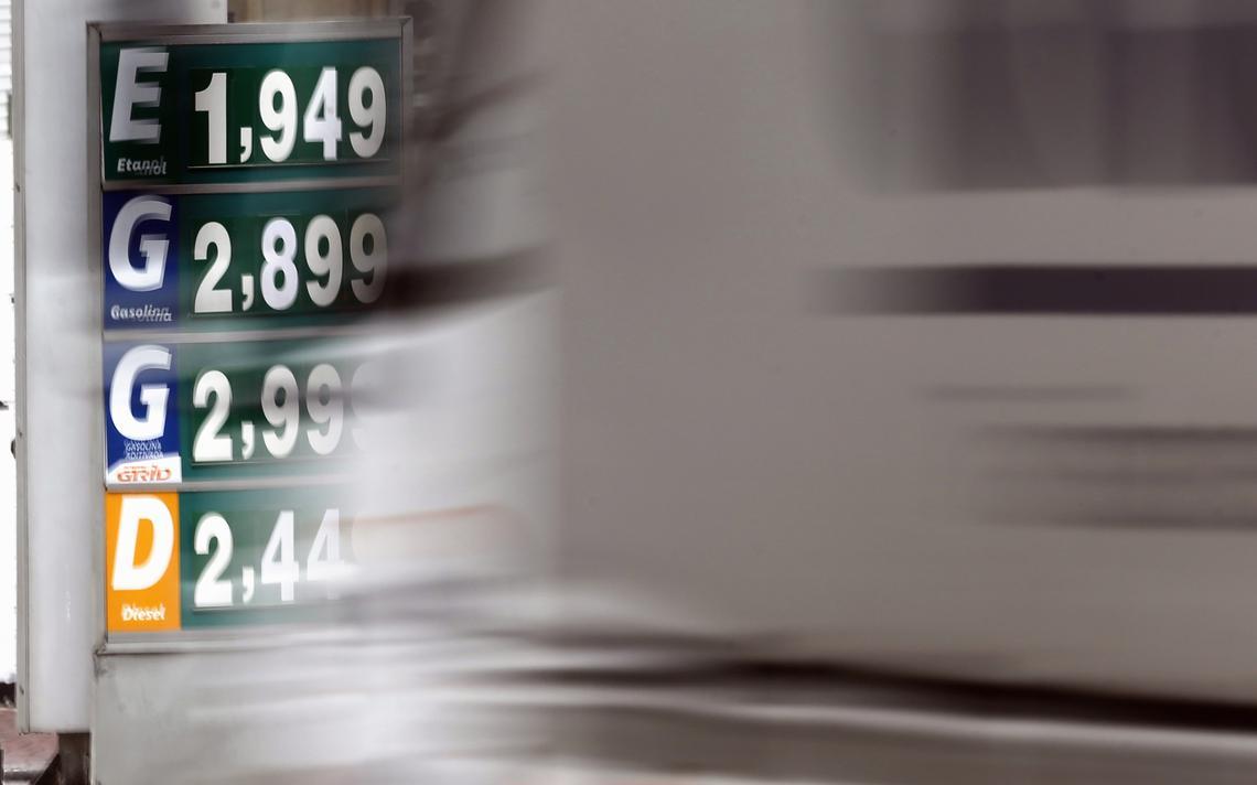 Placa mostra preços praticados em um posto de combustíveis em Diadema (SP)