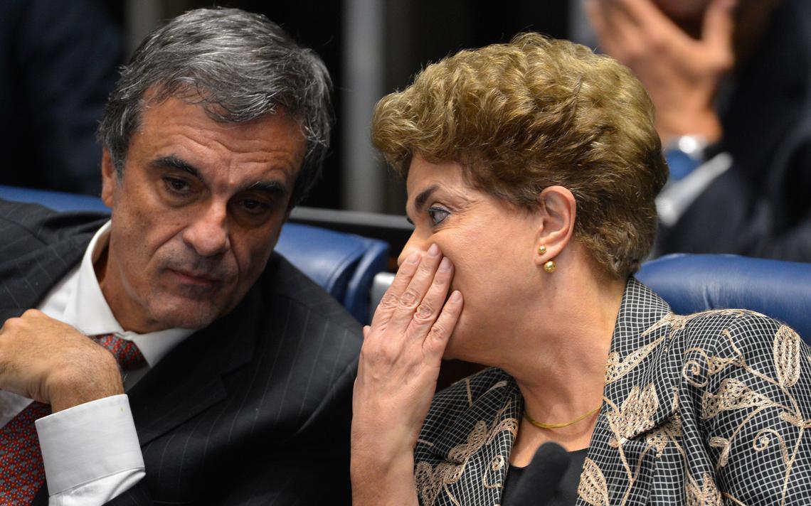 Dilma Rousseff fala com José Eduardo Cardozo em sessão de julgamento do impeachment