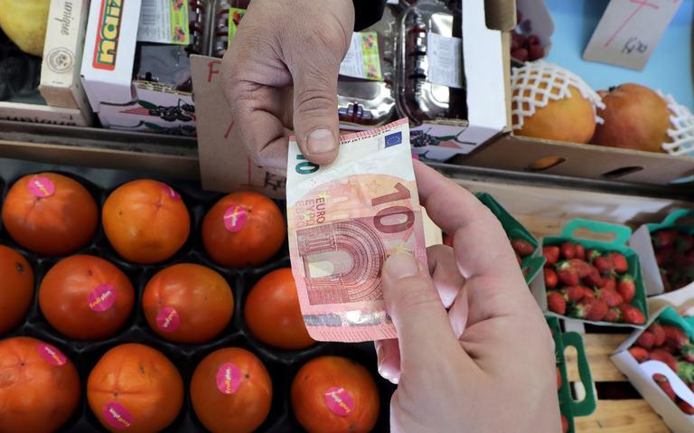 Consumidor paga compra em uma loja de frutas na França