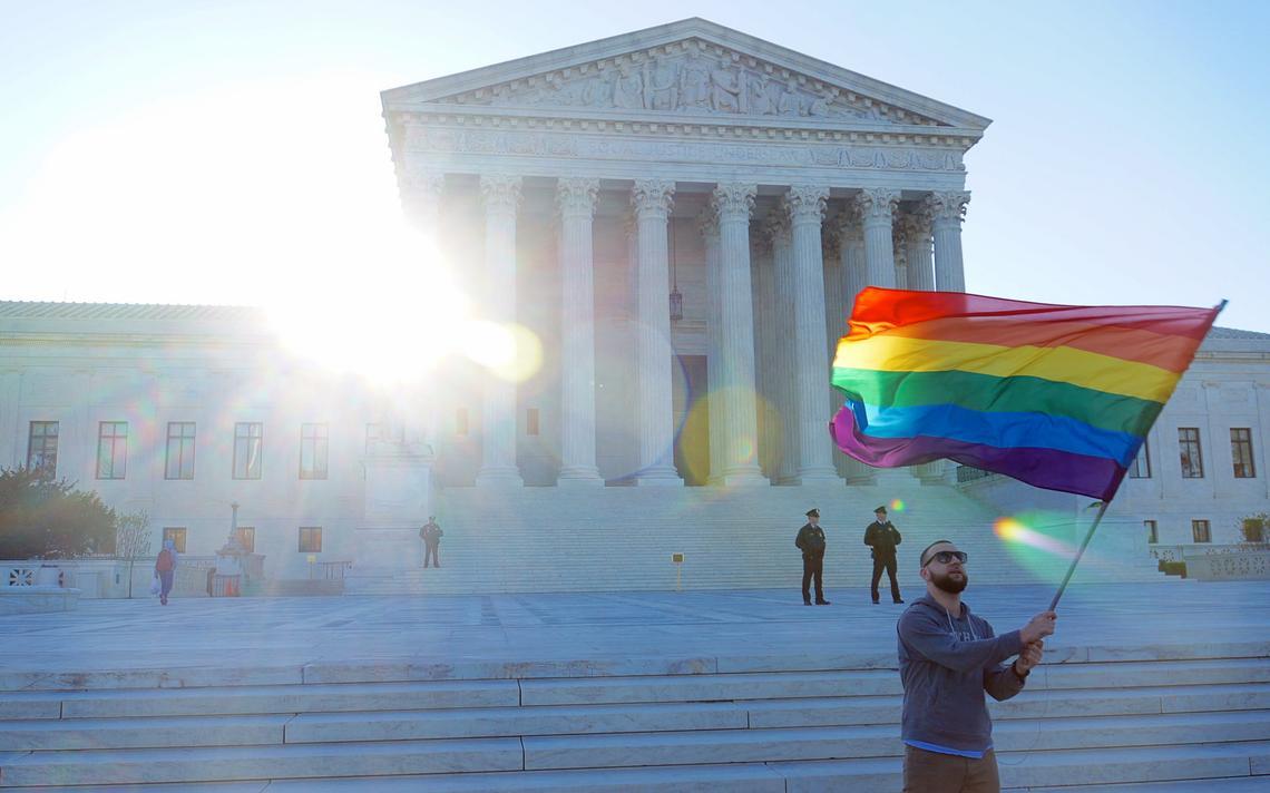 Manifestante em frente à Suprema Corte dos EUA em apoio ao casamento homoafetivo, em abril de 2015
