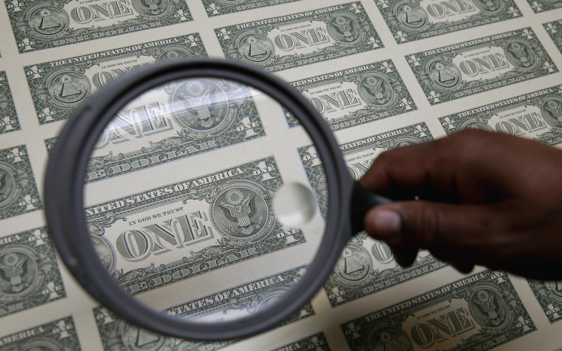 Funcionário checa notas de dólar em fábrica de Washington